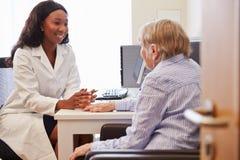 Paciente superior tendo a consulta com doutor In Office Foto de Stock Royalty Free