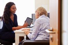 Paciente superior tendo a consulta com doutor In Office fotos de stock
