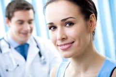 Paciente y doctor Fotos de archivo