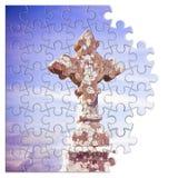 Pacientemente construcci?n de la fe - cruz de piedra tallada c?ltica contra un fondo del cielo - imagen del concepto en forma del fotografía de archivo