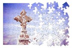 Pacientemente construcci?n de la fe - cruz de piedra tallada c?ltica contra un fondo del cielo - imagen del concepto en forma del foto de archivo libre de regalías