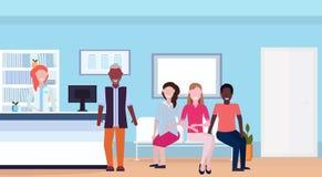 Pacientes de la raza de la mezcla con el doctor en el mostrador de recepción del hospital que espera horizontal integral interior stock de ilustración