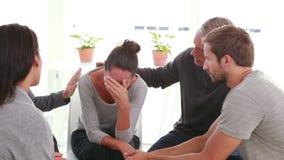 Pacientes en cuestión que confortan otros en grupo de la rehabilitación metrajes