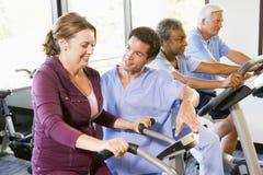 Pacientes en la rehabilitación con las máquinas del ejercicio Imagen de archivo