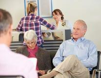 Pacientes en la sala de espera del doctor Imagenes de archivo