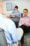Pacientes en la sala de espera del doctor Foto de archivo