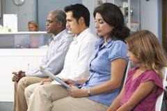 Pacientes nos doutores sala de espera imagens de stock royalty free