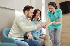 Pacientes que consultam o dentista na clínica dental fotos de stock