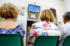 Pacientes que esperan en un hospital foto de archivo libre de regalías