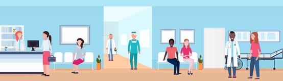Pacientes y doctores de la raza de la mezcla en pasillo que espera del hospital con los asientos de la recepción y la clínica méd libre illustration