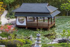 Pagoda japonesa en jardin zen royalty free stock photo