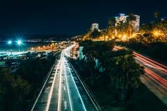 Κυκλοφορία στην εθνική οδό Pacific Coast τη νύχτα Στοκ Φωτογραφία
