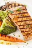 Ψημένος στη σχάρα σολομός Pacific Coast με τα ψημένα λαχανικά Στοκ εικόνα με δικαίωμα ελεύθερης χρήσης