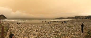 Pacifica Lindamar unter der roten Sonnenform die Kalifornien-verheerenden Feuer 2018 lizenzfreie stockfotos