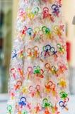 Pacificadores coloridos del bebé que cuelgan en una exhibición Imágenes de archivo libres de regalías