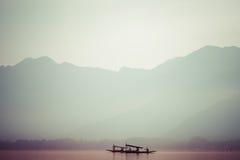 Pacificamente lago dal con il fondo della montagna della neve a Srinagar, Kashmir India Immagine Stock