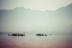 Pacificamente lago dal con il fondo della montagna della neve a Srinagar, Kashmir India Immagini Stock