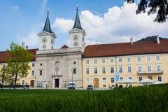 Pacifico, Sunny Tegernsee Abbey su erba verde fertile in Germania Fotografia Stock