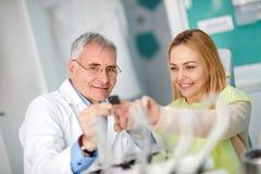 Pacjent i dentysta nabija ćwiekami zębu zdjęcie fotografia royalty free