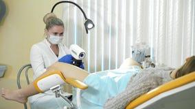 Pacjent i lekarka w gynecologist biurze zbiory