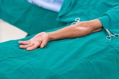 Pacjent kłaść puszek na łóżku przygotowywającym dla operaci Zdjęcia Royalty Free