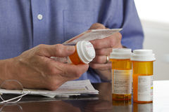 Pacjent przegląda recepturowych lekarstwa, horyzontalnych zdjęcia stock