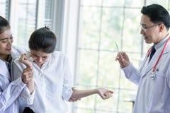 Pacjent przestraszonego i strasznego strzykawka i ig?a obraz royalty free