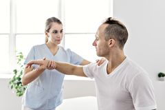 Pacjent przy fizjoterapią robi fizycznym ćwiczeniom z jego terapeuta obrazy royalty free
