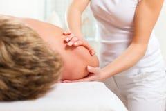 Pacjent przy fizjoterapią - masaż Zdjęcie Stock