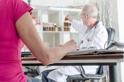 Pacjent w konsultacji z jej lekarką Zdjęcie Royalty Free