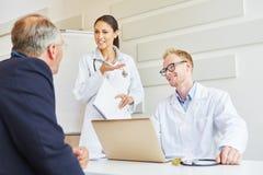 Pacjent w konsultacji z lekarkami Obrazy Stock