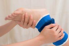 Pacjent z kostki zwichnięciem używać kostki poparcia stabilizator Zdjęcia Stock