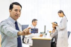 Pacjent z kredytową kartą dla asekuracyjnego pojęcia zdjęcie royalty free