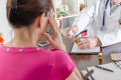 Pacjent z migrenami w konsultacji z ona doktorska Zdjęcia Royalty Free