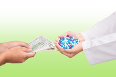 Pacjenta obliczenie banknot dla zakupu leka zdjęcie stock
