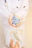 Pacjenta obliczenie banknot dla zakupu leka obraz royalty free