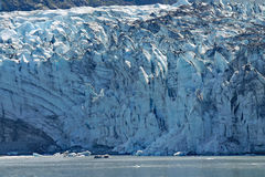 Packad blå is av alaskabo glaciärer Royaltyfri Foto