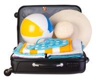 Packad resväska mycket av semesterobjekt Arkivbilder