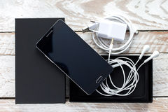 Packad upp modern mobiltelefon Arkivfoto