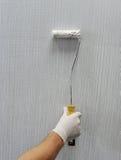 Packad vägg som målas med en borste Arkivfoto