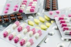 Packade kapslar och preventivpillerar Royaltyfri Foto