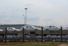 Packade nya bilar på deras väg från en fabrik till nya ägare Royaltyfri Fotografi