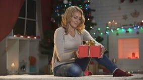 Packande gåva för attraktiv dam och uppvisning till kameran, julförberedelser stock video