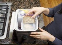 Packande lunch in i bär hänger lös Arkivbilder