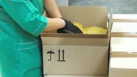Packande pasta på fabriken stock video