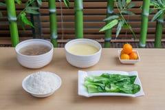 Packar av kött och ägg, soppa, frukt Arkivfoton