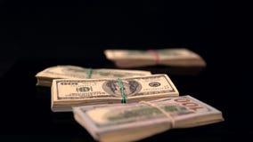 Packar av pengar som faller för att svärta yttersida stock video
