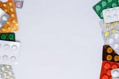 Packar av preventivpillerar på en vit bakgrund med ett ställe för inskriften royaltyfri foto