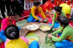 packar av riskakor i lantliga Vietnam Arkivfoton