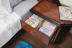 Packar av sedlar i nattduksbord Fotografering för Bildbyråer
